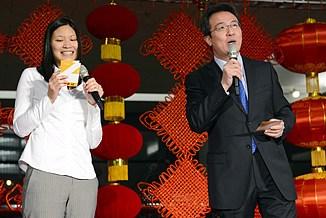 外国驻华记者新年招待会 洪磊舞台展歌喉组图