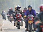 广东外来务工人员骑摩托返乡