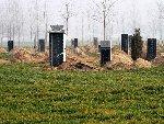 河南村民重建十八万坟 当地公益墓地空置