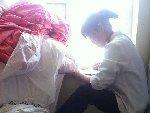快捷酒店服务员用洗脸毛巾擦马桶