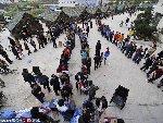 芦山震区灾民自觉排队领取救急物资