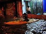 珠海暴雨马路成河 市民乘皮划艇