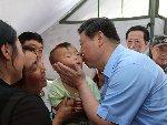习近平在芦山地震灾区考察 亲吻小孩