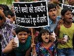 印度儿童握奶瓶抗议牛奶涨价