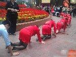 重庆一公司让员工跪地绕圈爬行