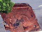 湖南湘潭市道路塌陷 路面现50平方米大洞