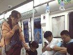 地铁女子每日带不同小孩乞讨