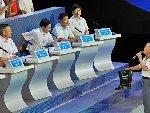 武汉电视问政 居民给官员送雨鞋质问渍水问题