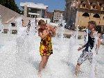 欧洲多国遭遇高温 民众喷泉戏水求降温