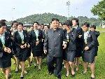 金正恩看朝鲜男足比赛 接见女足队员