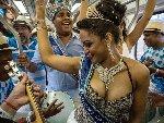 """巴西桑巴节狂欢者在火车上跳""""桑巴舞"""""""