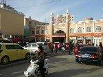 新疆7.3级地震 百姓驻足街头不愿回家